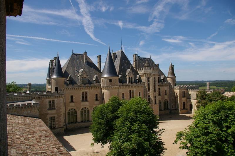 1280px-Château_de_Montaigne